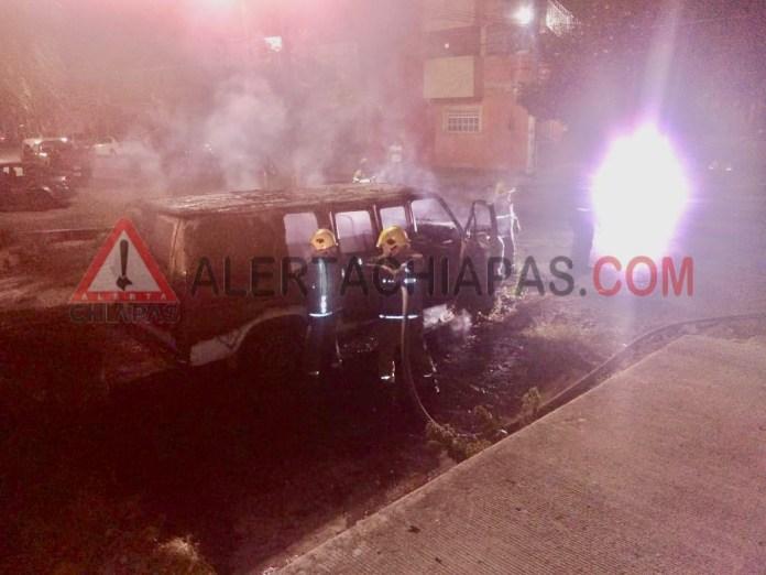 Arde vehículo en centro de TUXTLA img 2964