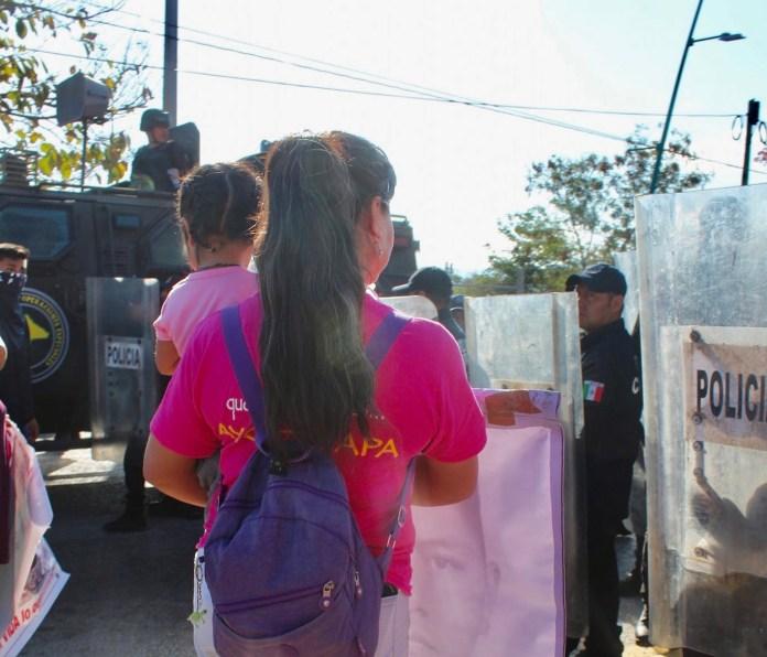 Desalojan policías con gases a padres de 43 de Ayotzinapa en Chiapas IMG 4832