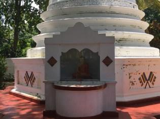 Tempio buddhista lungo il fiume - Sri Lanka