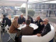 Merkel a Pozzuoli, caffè con il sindaco al tavolino del bar
