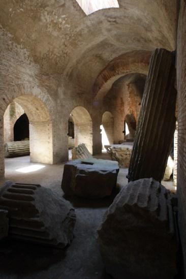 Le volte e le colonne doriche all'interno della struttura