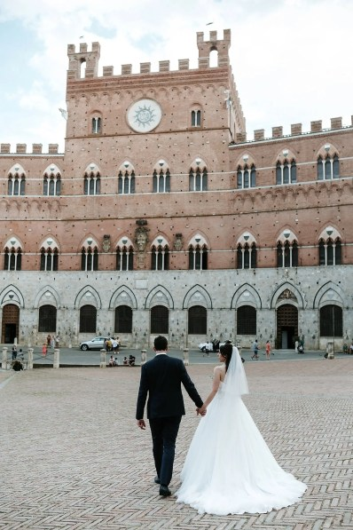 Wedding picture in Piazza del Campo in Siena