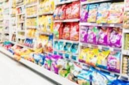 Cibi industriali per cani e gatti al supermercato