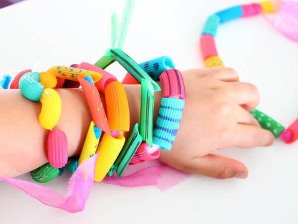 manualidades-infantiles-joyas-de-macarrones-de-colores