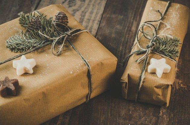 regalos-envueltos-en-papel-kraft-decorados-con-ramas_6252e98a_1280x810