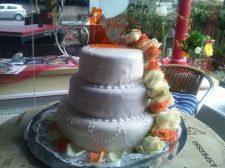klassische Hochzeitstorte mit Rosen