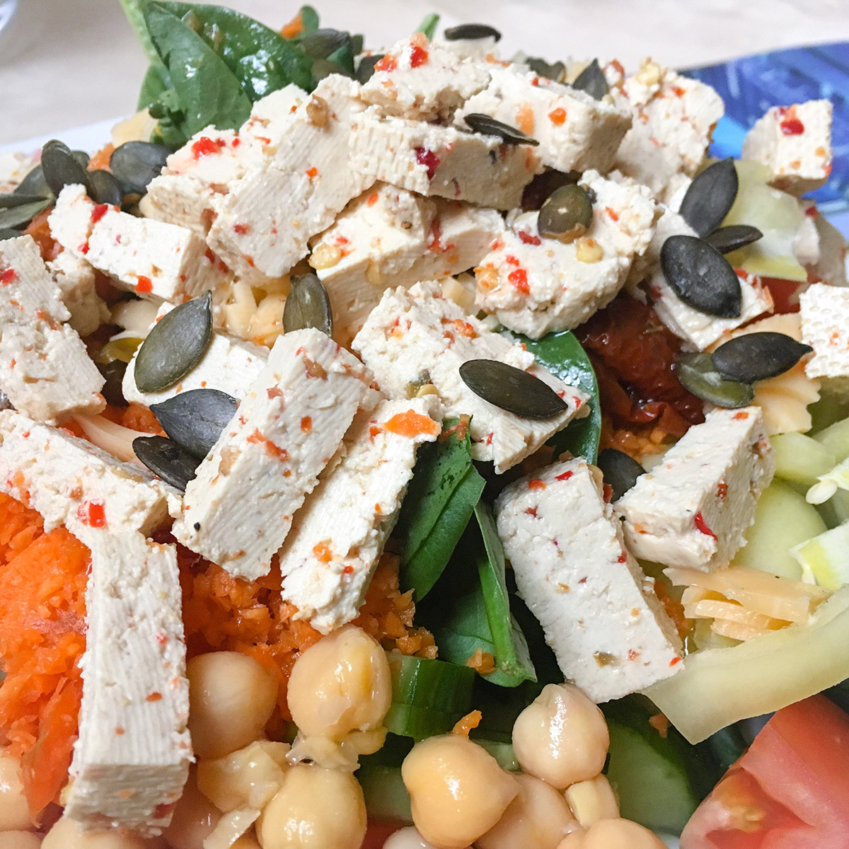 Saláta jalapenós tofuval