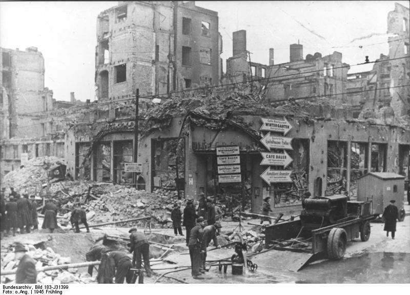 """ADN-Zentralbild/Archiv II. Weltkrieg 1939-45 Unser Bild zeigt die durch britisch-amerikanische Luftangriffe verursachten Bombenschäden in Berlin, Friedrichstraße Ecke Dorotheenstraße, wo sich das Varieté """"Wintergarten"""" und das Cafe gleichen Namens befanden. (Aufnahme entstand vor dem 9.4.1945) 343-45. Quelle: Bundesarchiv, Bild 183-J31399 / Unknown / CC-BY-SA 3.0"""