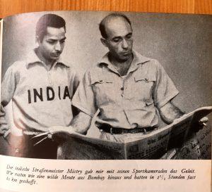 """Ich radle um die Welt - Heinz Helfgen - """"Der indische Straßenmeister Mistry gab mir mit seinen Sportkameraden das Geleit. Wir rasten wie eine wilde Meute aus Bombay hinaus und hatten in 2 1/2 Stunden fast 80 km geschafft."""""""