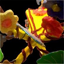 Detalhe das flores e folhas em papier mâché.
