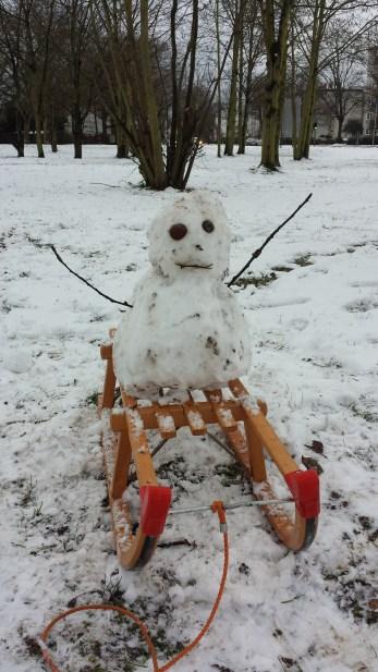 Schneemänner fahren gerne Schlitten.