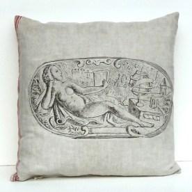 Motiv Liegender Frauenakt: Dekorativer Bildausschnitt aus einer Illustration von ca.1720. Gezeigt wird eine lesende, nackte Frau vor einer mittelalterlichen Landschaft mit Burg und Globus.
