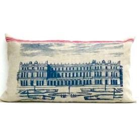 Motiv Versailles: Das Schloss von Versailles als alter Stich aus dem 18. Jahrhundert mit Parkanlage und stilisierten Personen. Das Motiv besticht durch seinen symmetrischen Aufbau und architektonische Klarheit.