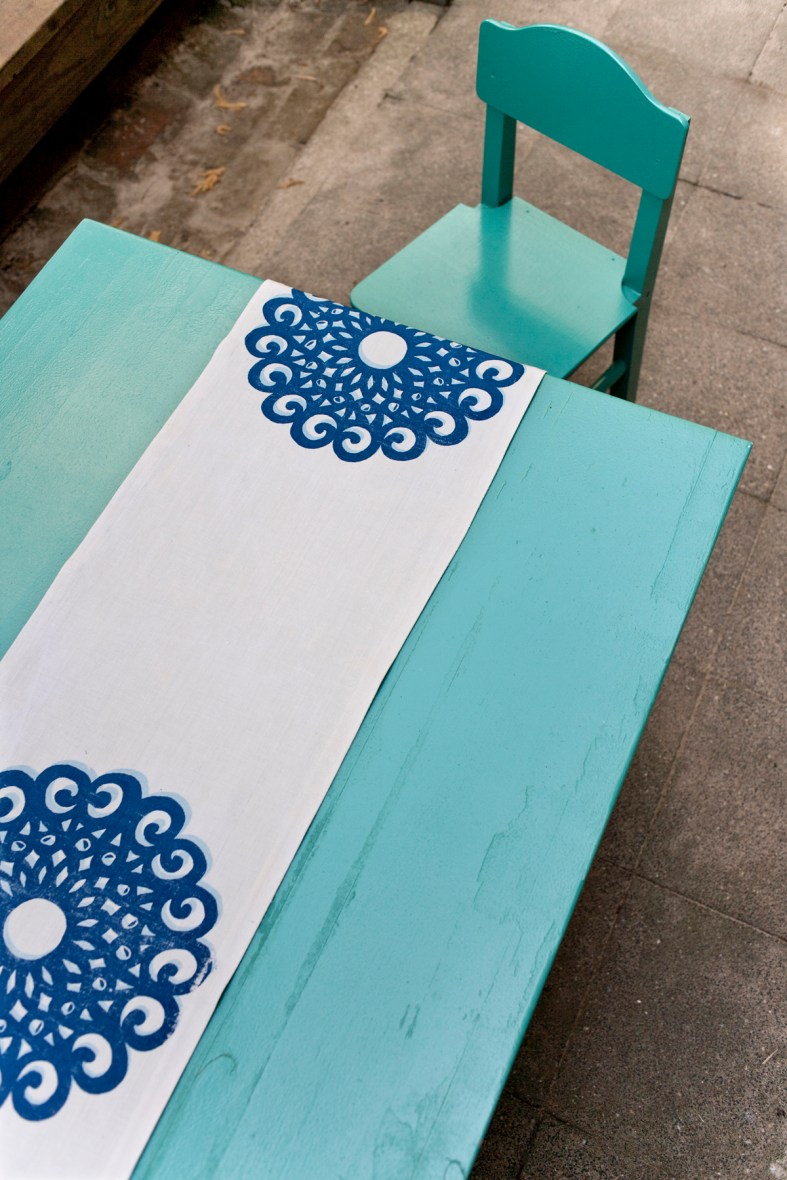 Tischläufer Motiv Rosette: Dieses dekorative Ornament besticht durch seine Größe, Klarheit und Flächigkeit, 100% Leinen,  im Siebdruck von Hand gedruckt.