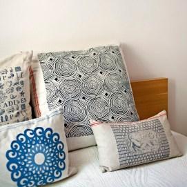 Kissen in Blautönen, verschiedene Motive, im Siebdruck von Hand gedruckt