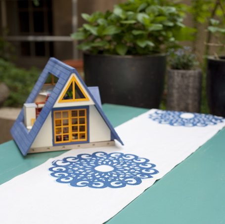 Tischläufer Motiv Rosette: Dieses dekorative Ornament besticht durch seine Größe und Klarheit/ Flächigkeit.