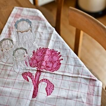 Geschirrtuch Motiv Artischocke: Dekorative markante Darstellung einer Artischockenpflanze. (Stich aus dem 19. Jahrhundert) Dreidimensionalität wird wie hier durch einen zweifarbigen Druck erzeugt. - von Hand gedrucktes Unikat - Material: Halbleinen Rot und pink - Logo-Aufdruck auf der Rückseite - waschbar bis 40° C