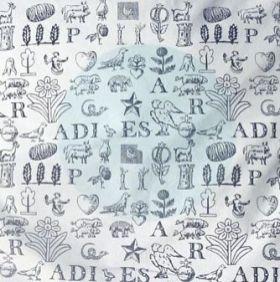 """Kopfkissen Motiv Paradies: Viele liebevoll arrangierte, kleine Motive aus verschiedenen Epochen, kombiniert mit Buchstaben ergeben ein buntes, paradiesisches Miteinander: Tiere, Pflanzen, Stern, Herz, Weizenähren, Bäume und Vögel. Die Buchstaben lassen sich zum Wort """"Paradies"""" zusammen setzen. Die Bilder können aber auch für sich alleine stehen und eigene Assoziationen wecken. Eine humorvolle und lebendige Komposition, die Kinder und Erwachsene gleichermaßen gern haben."""