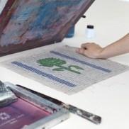 Ein fertiger Druck auf Leinen, im Siebdruck von Hand gedrucktes Unikat