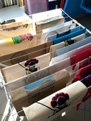 Im Siebdruckkurs bedruckte T-Shirts, Taschen und Kissenhüllen etc.
