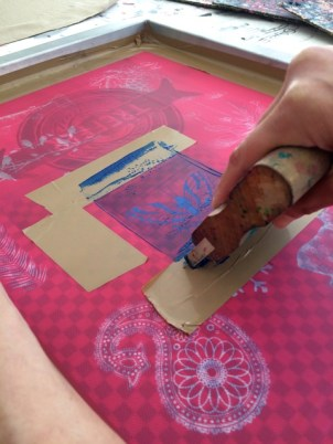 Im Siebdruckkurs: Die Farbe wird durch das Sieb gerakelt