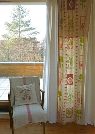 Kissen und Vorhang, im Siebdruck von Hand gedruckt