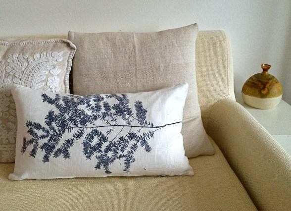 Leinenkissen Motiv Zweig: Ein zarter leichter Originalzweig, der mit seiner klaren Form sehr dekorativ wirkt. In einem schönen Kontrast dazu steht seine lebendige, natürliche Unregelmäßigkeit. Im Siebdruck von Hand gedruckt