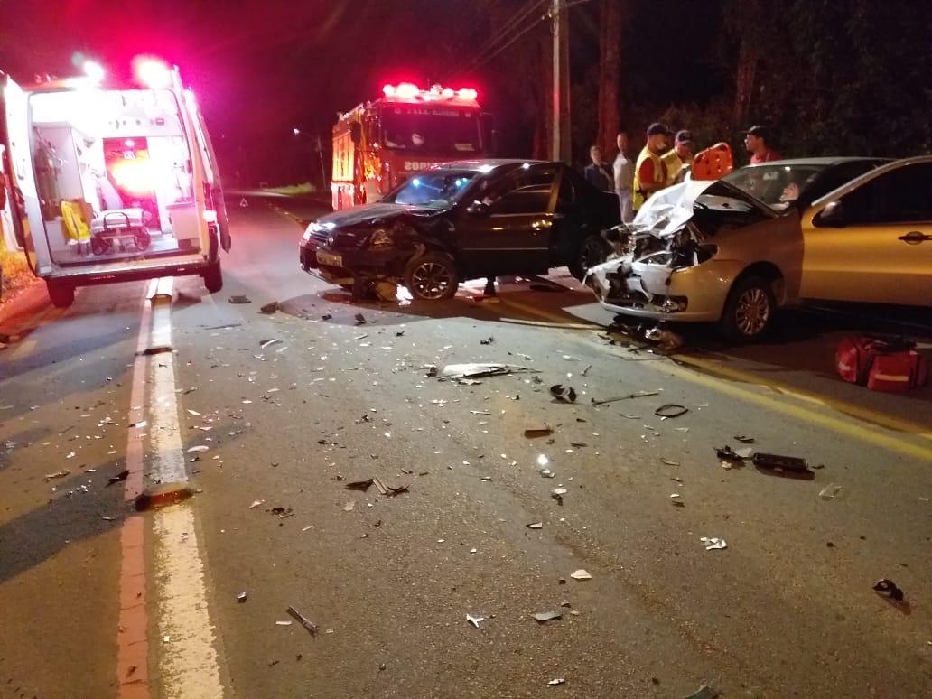 Motorista alterado invade a pista contrária, provoca acidente e três ficam feridos, em Blumenau