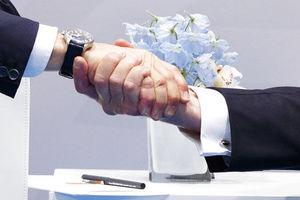 trump putin handshake closeup