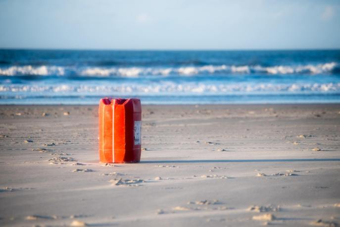 Jerrycan op het strand bij Paal 8, Terschelling