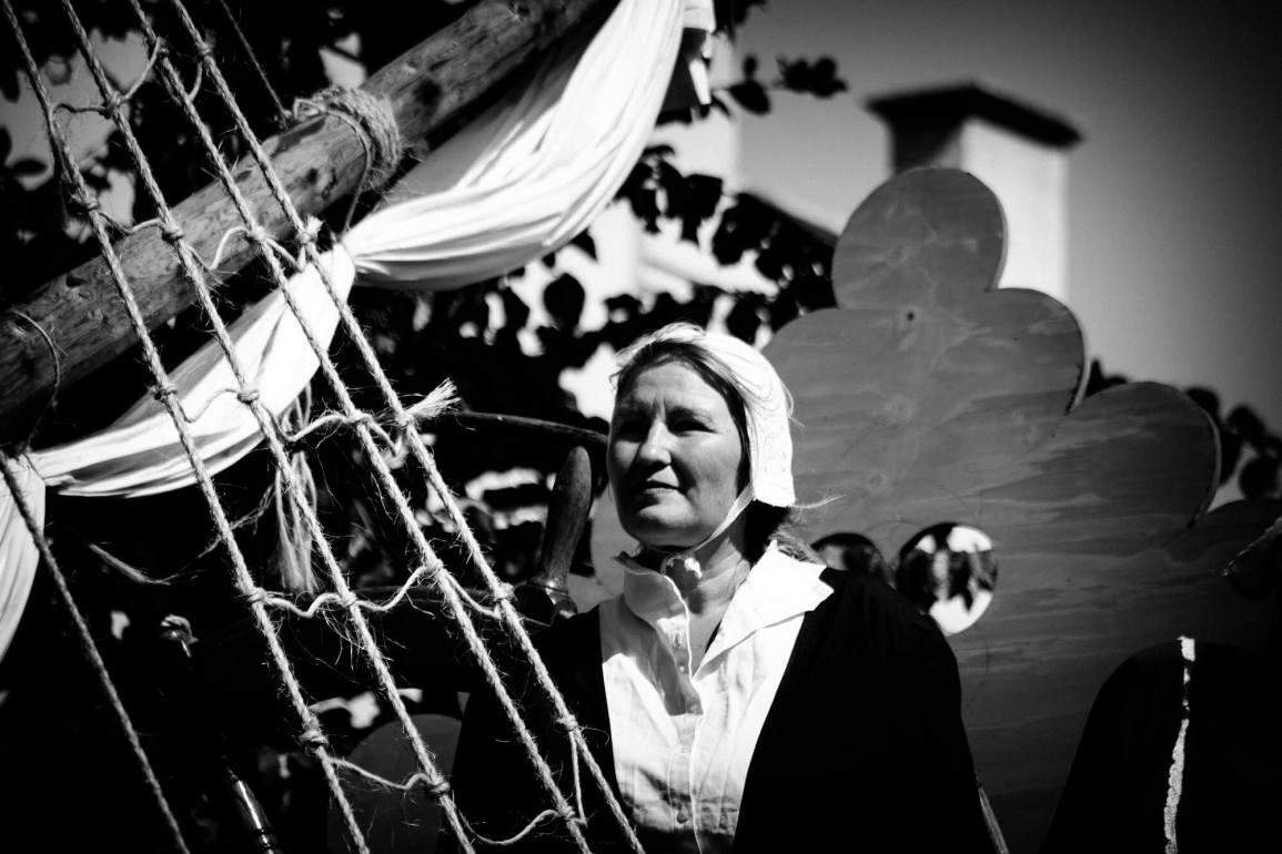 Terschellinger vrouw in middeleeuwse klederdracht.
