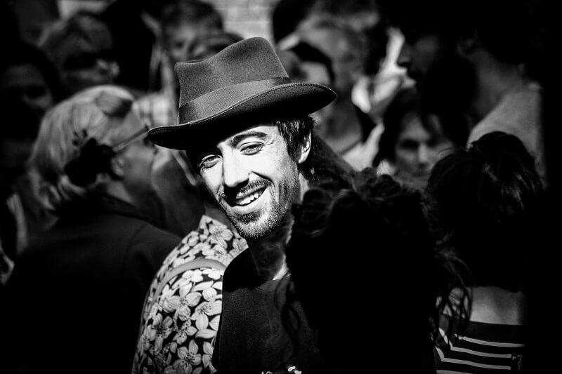 Dansende en lachende man op het Rock and Roll Street Terschelling festival in september 2016.