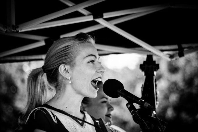 Maryann van Maryann & The Tri-Tones tijdens een optreden op het Rock and Roll Street Terschelling festival in september 2016.