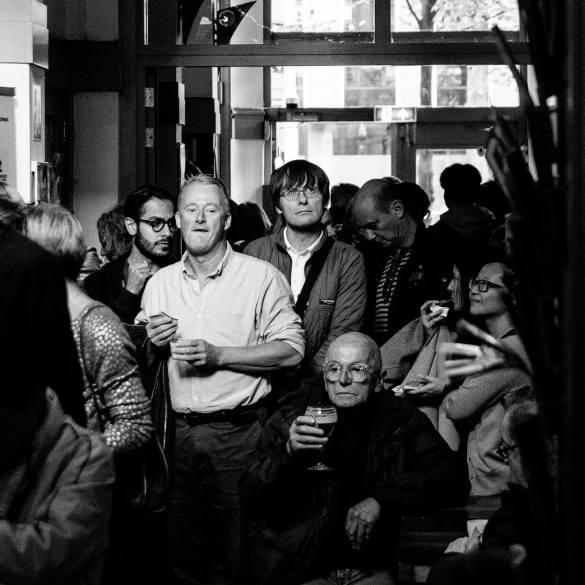 Bezoekers in de rij voor een film bij het Camera Japan Festival in Amsterdam.