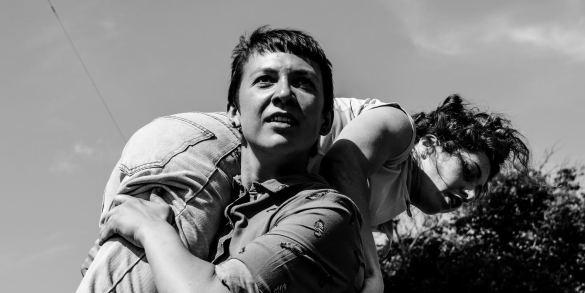Martina Gunkel draagt Clara Cortés op haar schouders tijdens hun optreden op Oerol 2019.