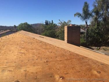 Nacktes Sperrholz auf dem Dach