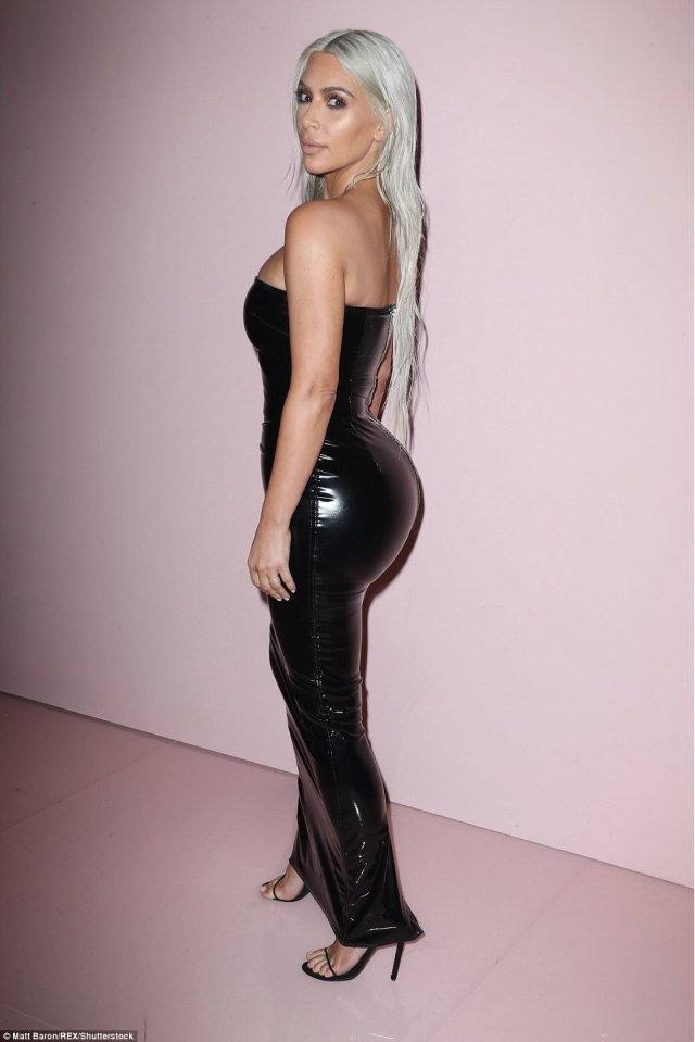 59b0cb487f3fe - Kim Kardashian flaunts curves in tight dress at NYFW show