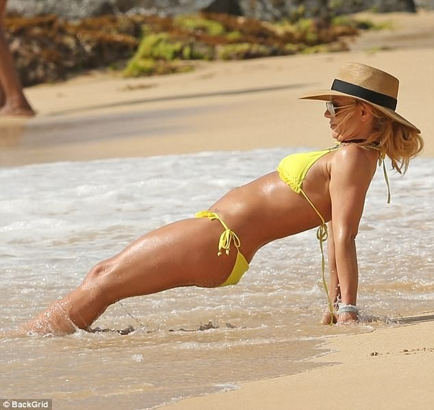 5a57e5f68746c - Britney Spears, 36, sparks engagement rumors with boyfriend Sam Asghari, 23, as she flashes a new diamond ring at the beach