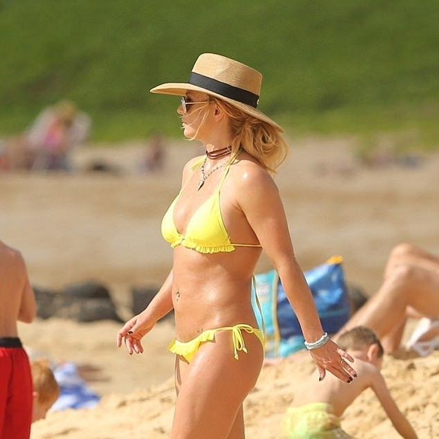 5a57e6433f635 - Britney Spears, 36, sparks engagement rumors with boyfriend Sam Asghari, 23, as she flashes a new diamond ring at the beach