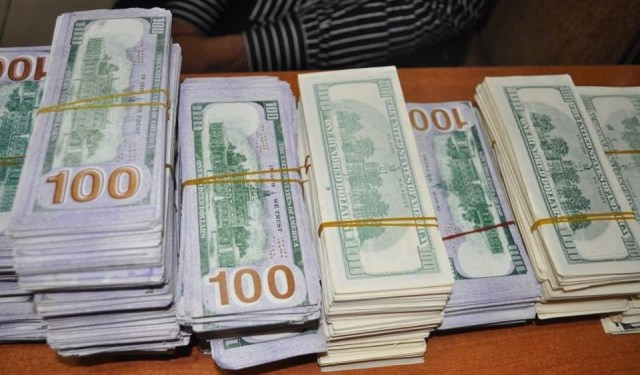 EFCC arrests man with over $400,000 fake notes(photos)