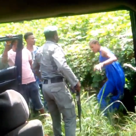 Shocking video shows police beating a lady for refusing to allow him check her bag along Warri/Sapele road (video)