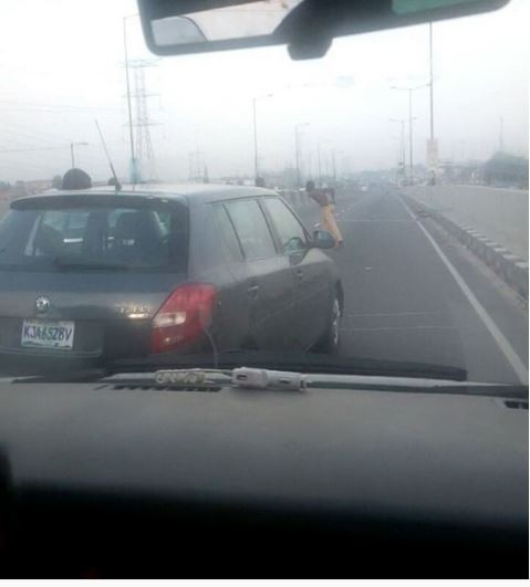 Two men park their cars in the middle of the road to exchange blows in Lagos?(Video)