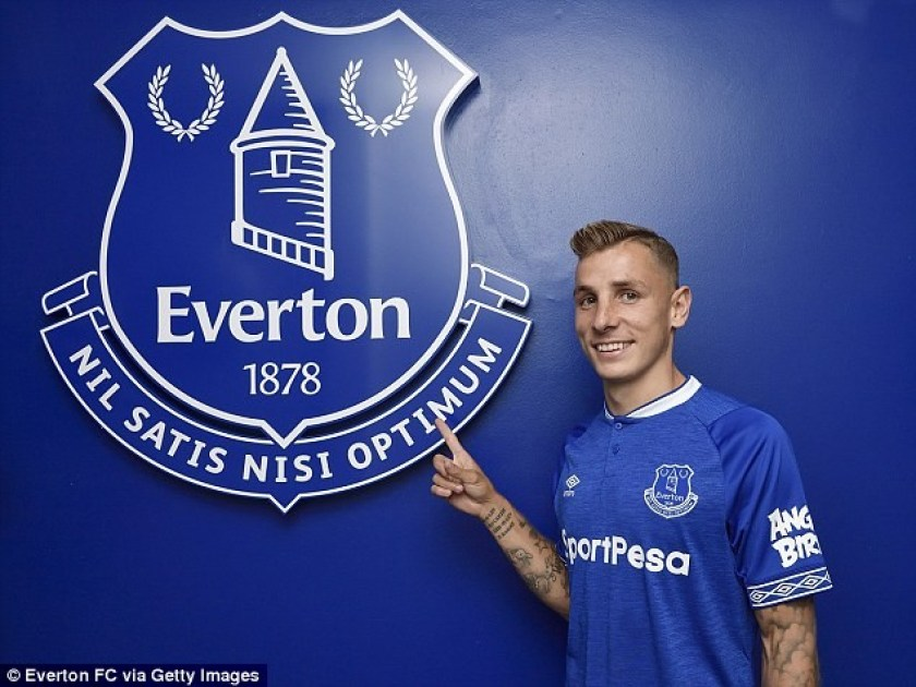 Everton signs France