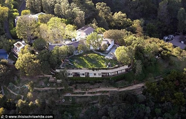 See the LA mansion Adam Levine and wife just bought from Jennifer Garner and Ben Affleck for $32m (Photos)