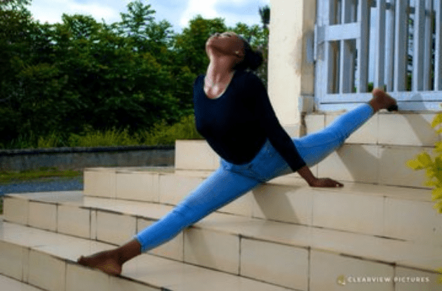 Nigerian lady shows off her incredible flexibility