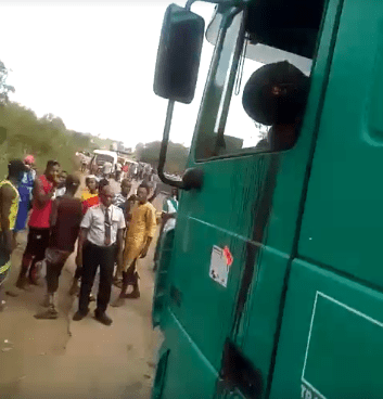 Graphic: Police officer allegedly shoots truck driver dead for refusing to hand him N100 bribe in Ondo