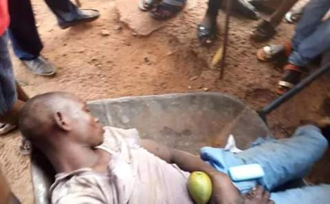 Teenage wheelbarrow pusher electrocuted in Enugu as iron rod he was using to pluck mangoes from tree touches high tension wire (graphic photos)