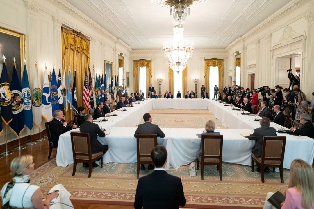 Trump holds full cabinet meeting but no government official is seen wearing facemask (photos)