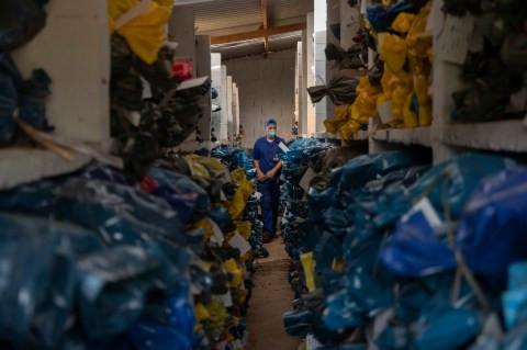 Les corps sont exhumés au Brésil pour faire place à plus de cadavres que le pays