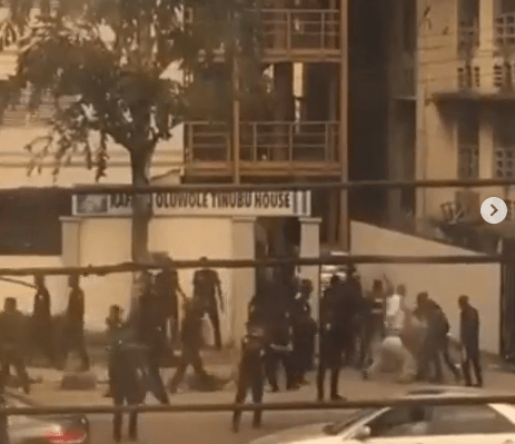 Police officers arrest and assault female #EndSARS protesters in Ojuelegba (video)